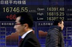 Personas caminan junto a un tablero electrónico que muestra el índice Nikkei, afuera de una correduría en Tokio, Japón, 2 de marzo de 2016. El índice Nikkei de la bolsa de Tokio subió el martes a un máximo en una semana gracias a la fortaleza del dólar frente al yen, después de que dos funcionarios de la Reserva Federal de Estados Unidos se mostraron a favor de una subida de las tasas de interés tan pronto como en abril. REUTERS/Thomas Peter