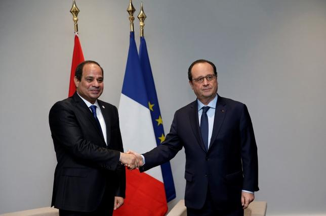 French President Francois Hollande (R) shakes hands with Egypt's President Abdel Fattah al-Sisi before a bilateral meeting during the opening day of the World Climate Change Conference 2015 (COP21) at Le Bourget, near Paris, France, November 30, 2015.     REUTERS/Philippe Wojazer