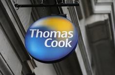 Вывеска  Thomas Cook на магазине компании в Лондоне. Британская туристическая компания Thomas Cook сообщила, что путешественники не спешат бронировать туры, испытывая трудности с планированием своего отдыха по причине того, что некогда популярные направления, такие как Турция, кажутся им менее безопасными. REUTERS/Suzanne Plunkett