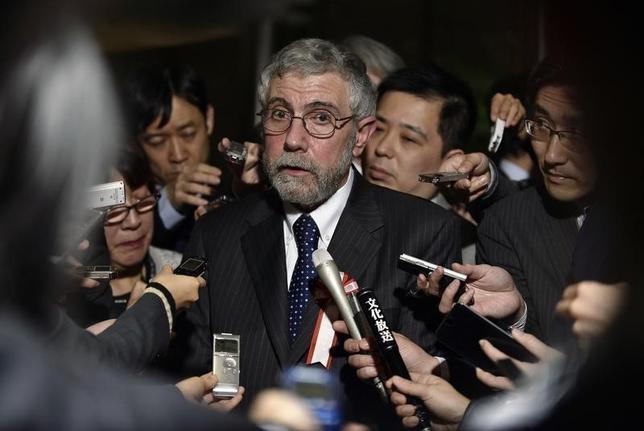 3月22日、政府は第三回国際金融経済分析会合を開催しポール・クルーグマン米ニューヨーク市立大学教授(プリンストン大名誉教授)から意見を聴取した。クルーグマン教授は「世界経済は弱さが蔓延している」と指摘し、各国が財政出動で協調すべきと強調した。写真は会合後、記者団の質問に答える同教授。代表撮影(2016年 ロイター/Franck Robichon/Pool)