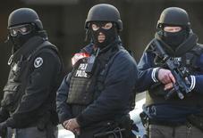 """Полиция на вокзале Миди в Брюсселе 22 марта 2016 года. Полиция Бельгии разыскивает члена джихадистской группировки """"Исламское государство"""", которого видели вместе со смертниками, устроившими взрыв в аэропорту Брюсселя, который вместе со взрывами в метро бельгийской столицы во вторник унес жизни по меньшей мере 30 человек. REUTERS/Christian Hartmann"""