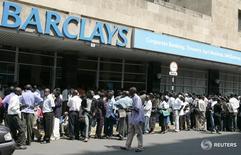 Люди в очереди в банк Barclays в Хараре 30 сентября 2008 года. Зимбабве с 1 апреля грозит лишить лицензий иностранные компании, включая операторов шахт и банки, которые не выполнили требования закона о продаже мажоритарной доли местным фирмам, сказал в среду министр расширения экономических возможностей Патрик Жувао. REUTERS/Philimon Bulawayo