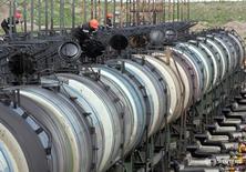 Цистерны на нефтяном терминале Роснефти в Архангельске 30 мая 2007 года. Цены на нефть продолжили снижение в среду после выхода данных о превысившем ожидания росте запасов в США на прошлой неделе, усиливших беспокойства о переизбытке. REUTERS/Sergei Karpukhin