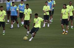 Neymar chuta em treino do Brasil na Granja Comary.  22/3/16.  REUTERS/Ricardo Moraes