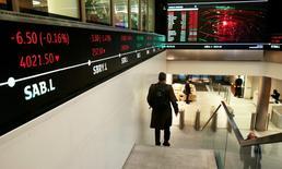 """Люди в здании Лондонской фондовой биржи 30 ноября 2015 года. Европейские фондовые рынки снижаются четвертую сессию подряд в четверг, копируя динамику Уолл-стрит и Азии, так как укрепление доллара давит на сырьевые цены, а """"ястребиные"""" комментарии еще одного представителя Федрезерва США - на рынок. REUTERS/Suzanne Plunkett"""