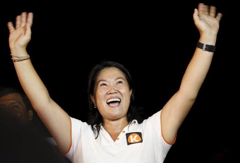 Peruvian presidential candidate Keiko Fujimori of the Fuerza Popular (Popular Force) party greets supporters during a campaign rally in the outskirts of Lima, March 23, 2016. REUTERS/Janine Costa