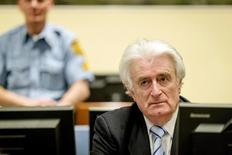 Бывший лидер боснийских сербов Радован Караджич сидит в зале суда МТБЮ в Гааге. 24 марта 2016 года. Судьи ООН в четверг признали бывшего лидера боснийских сербов Радована Караджича виновным в геноциде в Сребренице в 1995 году, а также по девяти другим пунктам обвинения в военных преступлениях, приговорив его к 40 годам лишения свободы. REUTERS/Robin van Lonkhuijsen/Pool