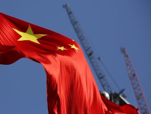 3月24日、中国企業は運転資本の現金化が難しくなり、手元の流動性が過去10年で最も乏しくなっていることがロイターの分析で分かった。写真は中国の国旗。北京で1月撮影(2016年 ロイター/Kim Kyung-Hoon)