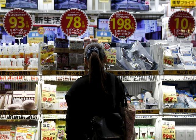 3月25日、総務省が公表した2月の全国消費者物価指数は、指標となる生鮮食品を除いたコアCPIが2カ月連続で前年比横ばいとなった。先行指標とされる東京都区部のコアCPIは3月に前年比0.3%低下した。写真は都内で2月撮影(2016年 ロイター/Yuya Shino)