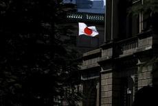 Una bandera japonesa ondea en el edificio del Banco de Japón, en Tokio. 15 de marzo de 2016. El Banco de Japón publicó el viernes una nota explicativa sobre su política de tasas de interés negativas, a fin de ofrecer detalles al público sobre los elementos claves de su controvertida estrategia económica. REUTERS/Toru Hanai