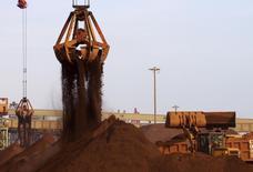 La industria de fondos mutuos de China está impulsando el desarrollo de productos de inversión ligados a los futuros de las materias primas locales, apostando por que los planes para lidiar con el exceso de la oferta en el sector de recursos básicos del país harán subir los precios. En la imagen de archivo, una grúa descarga mineral de hierro importado de un barco atracado en un puerto de  Rizhao, provincia de Shandong, el 6 de diciembre de 2015. REUTERS/Stringer/Files