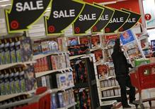 """Una persona comprando durante el """"Viernes Negro"""" en una tienda Target, en Chicago, Illinois, Estados Unidos, 27 de noviembre de 2015. El gasto del consumidor estadounidense subió levemente en febrero mientras que la inflación general retrocedió, lo que sugiere que la Reserva Federal seguiría subiendo gradualmente las tasas de interés este año a pesar del fortalecimiento en el mercado laboral. REUTERS/Jim Young /Files"""
