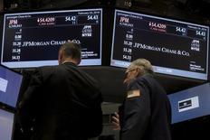Трейдеры работают на фондовой бирже Нью-Йорка. Фондовые индексы США закрылись разнонаправленно в понедельник, так как не дотянувшие до прогнозов экономические данные из США снизили опасения о потенциальных повышениях ключевой ставки, а падение цен на нефть оказало понижательное давление на энергетические акции. REUTERS/Brendan McDermid