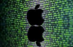 Напечатанный на 3D-принтере логотип Apple на фоне двоичного кода. 22 марта 2016 года. Министерство юстиции США сообщило в понедельник, что смогло разблокировать iPhone, использованный одним из стрелков в Сан-Бернардино, и отозвало иск к Apple, завершив масштабную юридическую баталию, но оставив нерешенным более широкий спор о кодировке. REUTERS/Dado Ruvic/Illustration