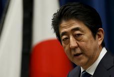 El Parlamento de Japón aprobó el martes un presupuesto estatal récord de 96,72 billones de yenes (851.500 millones de dólares) para el año fiscal 2016, allanando la vía para un debate sobre un gasto de estímulo adicional que permita apoyar a la debilitada economía del país. En la imagen, el primer ministro Shinzo Abe en una conferencia de prensa en Tokio, el 10 de marzo de 2016.   REUTERS/Toru Hanai