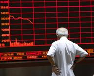 Un inversor mira un panel electrónico que muestra información bursátil, en una correduría en Pekín, China, 7 de julio de 2015. Los principales índices de acciones de China cayeron más de un 1 por ciento el martes a su nivel más bajo en casi dos semanas, luego de que un rebote de más de un 10 por ciento desde los mínimos de febrero siguió perdiendo impulso. REUTERS/Kim Kyung-Hoon