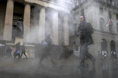 Las acciones en Estados Unidos iniciaron la sesión del martes en territorio negativo, ante la expectativa por el discurso de la presidenta de la Reserva Federal y el declive de casi 3 por ciento en los precios del crudo. En la imagen, varias personas caminan frente a la sede de la Bolsa de Nueva York en una mañana con niebla. El 4 de marzo de 2016.  REUTERS/Brendan McDermid