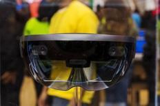 La start-up bordelaise Asobo Studio a réalisé deux jeux pour le casque de réalité augmentée HoloLens (photo) que Microsoft lance mercredi, une vitrine pour accéder au monde de l'industrie. /Photo prise le 26 octobre 2015/REUTERS/Lucas Jackson