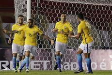 Daniel Alves comemora gol de empate da seleção brasileira contra o Paraguai. 29/03/2016 REUTERS/Mario Valdez