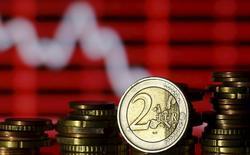 """En la imagen, monedas de euro delante de una pantalla que muestra cotizaciones, en una foto tomada en Zenica, Bosnia-Herzegovina, 30 de junio de 2015. La agencia de calificación de crédito Standard and Poor's recortó el miércoles sus previsiones de crecimiento e inflación para la zona euro, culpando al """"desplome"""" en las condiciones financieras registrado desde el inicio del año. REUTERS/Dado Ruvic"""