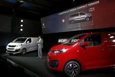 PSA a dévoilé mercredi deux nouveaux fourgons, le Peugeot Expert et le Citroën Jumpy, qui, contrairement aux générations précédentes, ne se limiteront pas à l'Europe, incarnant l'internationalisation au coeur du prochain plan stratégique du constructeur automobile. /Photo prise le 30 mars 2016/REUTERS/Pascal Rossignol