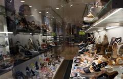 Las ventas minoristas registraron un crecimiento del 3,9 por ciento en el mes de febrero y continúan la tendencia al alza encadenando 19 meses de subidas, en un contexto de reactivación del consumo y paulatina reducción del paro en la economía española. En la foto, una mujer observa productos de una tienda en Barcelona, el 10 de marzo de 2016.  REUTERS/Albert Gea