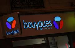 Orange y Bouygues se han dado de plazo hasta el domingo para discutir un posible acuerdo para que la operadora dominante en Francia compre Bouygues Telecom, alegando la falta de progreso ante la fecha límite el jueves.  En la imagen de archivo, el logo de Bouygues Telecom en París.   REUTERS/Jacky Naegelen