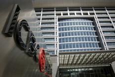 El logo del Industrial and Commercial Bank of China Ltd (ICBC) en su sede en Pekín, China, 30 de marzo de 2016. Los principales bancos controlados por el Estado de China dijeron que se están preparando para un menor crecimiento de la economía este año, luego de recortar los dividendos y reportar esta semana una caída o un estancamiento de sus utilidades trimestrales. REUTERS/Kim Kyung-Hoon