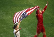 Carli Lloyd e a goleira Hope Solo comemoram título dos EUA na Copa do Mundo de 2015.  5/7/2015.  Reuters/Erich Schlegel-USA TODAY Sports