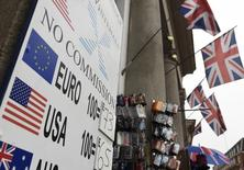 Si los británicos votan a favor de abandonar la UE, el centro financiero de Londres podría perder uno de sus negocios más activos, el comercio de billones de euros en derivados, y el Banco Central Europeo con fuerza para que el negocio se mueva a su territorio. En la imagen de archivo, una tabla con tipos de cambio en una tienda de cambio de divisas en Londres. REUTERS/Toby Melville - RTX2810I