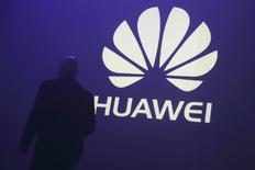 Un hombre camina junto al logo de Huawei, durante la presentación del nuevo celular de la compañía, el Ascend P7, en París, 7 de mayo de 2014. La compañía china Huawei Technologies Co Ltd publicó el viernes el mejor crecimiento anual de sus ingresos desde 2008, impulsados por la adopción de la cuarta generación de tecnología de móviles (4G) en China y las sólidas ventas de sus teléfonos en todo el mundo. REUTERS/Philippe Wojazer/Files
