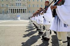 Los ministros de Finanzas de la zona euro probablemente empezarán a discutir una quita de deuda para Grecia en los márgenes de los encuentros con el FMI a mediados de abril, si para entonces Atenas llega a un acuerdo con los prestamistas sobre un paquete de reformas, dijeron funcionarios del bloque. En la imagen, miembros de la guardia presidencial griega en Atenas, el 20 de septiembre de 2015. REUTERS/Michalis Karagiannis