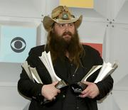 Chris Stapleton com prêmios no Country Music Awards, em Las Vegas.    03/04/2016      REUTERS/Steve Marcus