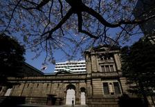Un guardia de seguridad vigila afuera de la sede del Banco de Japón, en Tokio. Japón. 31 de marzo de 2016. Las expectativas de inflación a largo plazo de las empresas japonesas se debilitaron en marzo desde hace tres meses, mostró una encuesta del banco central, una señal de que la decisión de adoptar tasas de interés negativas no ha convencido a las firmas de que las alzas de precios se acelerarán con el tiempo. REUTERS/Yuya Shino
