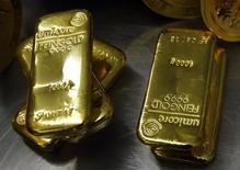 Слитки золота в депозитный ячейках  Pro Aurum в Мюнхене 3 марта 2014 года. Золото дешевеет в понедельник после того, как отчет о росте занятости в США повысил аппетит инвесторов к риску, доллар стабилизировался, а неопределенность по поводу процентных ставок ФРС сохранилась. REUTERS/Michael Dalder
