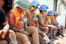 Imagen de archivo de unos mineros durante una pausa a las afueras de un túnel en Relave, Perú, feb 20, 2014. La producción de cobre, oro y plata de Perú, un importante exportador mundial de metales, creció en febrero mientras que la extracción de zinc cayó, informó el martes el Ministerio de Energía y Minas.   REUTERS/ Enrique Castro-Mendivil