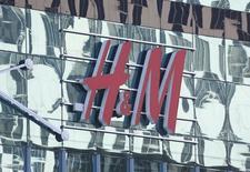 Hennes & Mauritz, la segunda minorista de ropa más grande del mundo, anunció el miércoles una caída de sus ganancias en el primer trimestre fiscal menor a lo previsto debido a que el impacto de la fortaleza del dólar empezó a disiparse, aunque las ventas en marzo fueron débiles. En la imagen, un logo de H&M en un centro comercial en Moscú, el 28 de febrero de 2016. REUTERS/Grigory Dukor/Files