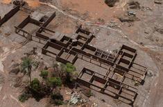 Destroços de uma escola no distrito de Bento Rodrigues após rompimento de barragem de rejeitos da Samarco, em Mariana 10/11/2015  REUTERS/Ricardo Moraes