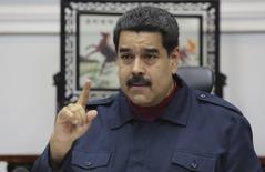"""El presidente de Venezuela, Nicolás Maduro, decretó los viernes como """"día no laborable"""" durante las próximas ocho semanas a fin de reducir el consumo eléctrico en la nación sudamericana, que ha visto una caída en el nivel de sus embalses debido a una sequía y depende en buena medida de la generación hidroeléctrica. En la foto, el presidente venezolano en una reunión con sus ministros en   Caracás el 23 de marzo de 2016. REUTERS/Miraflores Palace/Handout via Reuters"""