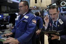 Operadores trabajando en la bolsa de Wall Street en Nueva York, mar 28, 2016. Las acciones estadounidenses operaban a la baja el jueves, lideradas por una caída del sector de las telecomunicaciones, con los inversores preocupados por la incertidumbre que rodea a los planes de la Reserva Federal sobre alzas de las tasas de interés y por la debilidad del crecimiento global.  REUTERS/Brendan McDermid