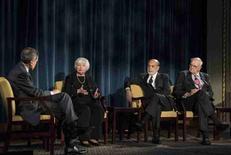 La economía de Estados Unidos está en un rumbo sólido y la Reserva Federal todavía se encamina a más alzas de tipos de interés, dijo el jueves la presidenta de la Fed, Janet Yellen, defendiendo su decisión de ajustar la política monetaria a finales del año pasado. En la imagen, el moderador Fareed Zakaria (I) escucha a Yellen durante un debate en Nueva York, el 7 de abril de 2016.                    REUTERS/Andrew Renneisen/Pool