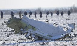 Сотрудники российского МЧС на месте крушения Boeing 737-800 компании Flydubai в Ростове-на-Дону 20 марта 2016 года. Потерпевший крушение в марте самолет авиакомпании Flydubai управлялся в противоречивой манере перед тем, как разбиться о землю на высокой скорости, говорится в заявлении расследования, что указывает на возможную ошибку экипажа. REUTERS/Maxim Shemetov