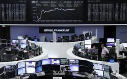 Помещение фондовой биржи во Франкфурте-на-Майне. 11 апреля 2016 года. Европейские фондовые рынки закрыли торги понедельника в плюсе, отыграв ранние потери частично за счёт роста акций итальянских банков и горнорудного сектора. REUTERS/Staff/Remote