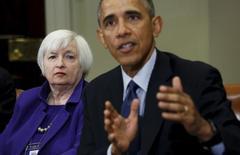 El presidente de Estados Unidos, Barack Obama, y la jefa de la Reserva Federal, Janet Yellen, discutieron el lunes los riesgos que enfrenta la economía y los avances en la reforma de Wall Street durante una inusual reunión en el Despacho Oval, dijo la Casa Blanca. En la imagen de archivo, Yellen escucha a Obama durante una reunión con reguladores financieros en la Casa Blanca, el 7 de marzo de 2016. REUTERS/Kevin Lamarque