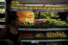 Una mujer pasa junto a la sección de verduras en un mercado en Río de Janeiro, sep 24, 2015. Las ventas minoristas de Brasil subieron inesperadamente en febrero por una fuerte demanda por muebles y bienes en los supermercados, mostraron el martes datos del Gobierno, en una sorpresiva señal de vida en una economía sumida durante más de un año en una profunda recesión.  REUTERS/Pilar Olivares