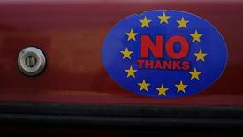 Стикер сторонников выхода Британии из ЕС на машине в Лландидно, Уэльс 27 февраля 2016 года. Великобритания может нанести серьезный удар хрупкой мировой экономике в случае решения покинуть ряды Европейского союза по итогам июньского референдума, сообщил Международный валютный фонд (МВФ) во вторник, что стало самым серьёзным предупреждением от международной организации о рисках, связанных с выходом страны из ЕС.  REUTERS/Phil Noble