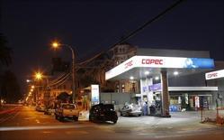 Una gasolinera de la compañía Copec en Valparaiso, Chile. 12 de enero de 2015. Empresas Copec, el mayor grupo industrial de Chile, prevé inversiones por unos 1.192 millones de dólares este año, destinadas a fortalecer principalmente sus negocios en los rubros forestal y energético.  REUTERS/Rodrigo Garrido