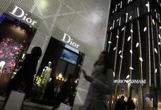 Pénalisé par la baisse des flux touristiques à Paris et dans certains pays d'Asie, Christian Dior Couture a vu ses ventes stagner au cours des trois premiers mois de l'année à taux de change constants. /Photo d'archives/REUTERS/Issei Kato