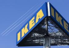 En dos ciudades holandesas medievales, los directivos de mayor rango de IKEA están finalizando la mayor revisión del imperio sueco del mueble en más de 30 años. En la imagen, el logo de Ikea en el exterior de la tienda Ikea Concept, en Delft, Holanda, 16 de marzo de 2016.  REUTERS/Yves Herman