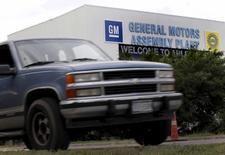 General Motors va rappeller près de 1,04 million de nouveaux pickups en raison d'un problème de ceinture de sécurité. Les véhicules rappelés sont des Chevrolet Silverado et des GMC Sierra 1500 des années modèles 2014-2015. /Photo d'archives/REUTERS/Mike Stone